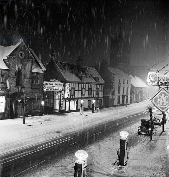 Melton Mowbray, Leicestershire: snowy winter's night (b/w photo)