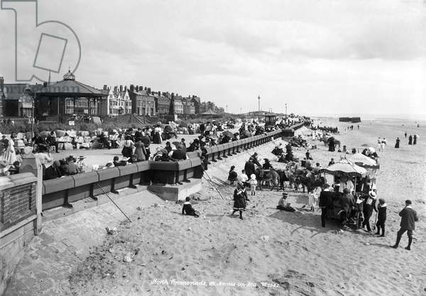 The north promenade and beach with holidaymakers, 1890-1910 (b/w photo)