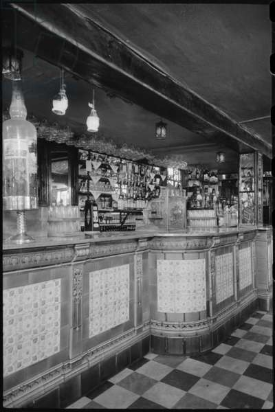 A detailed view of the long bar in Whitelocks Public House, also known as the Turk's Head, c.1955-c.1980 (b/w photo)