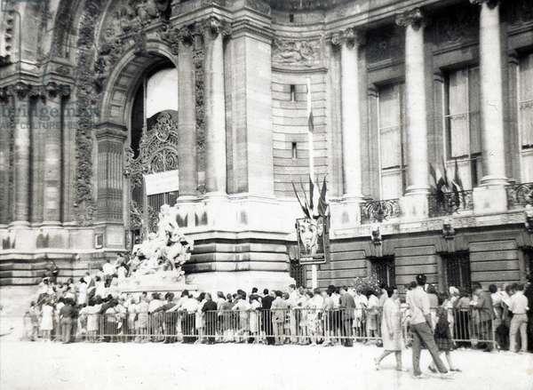 Queue for the exhibition Tutankhamon at the petit Palais, July 1967