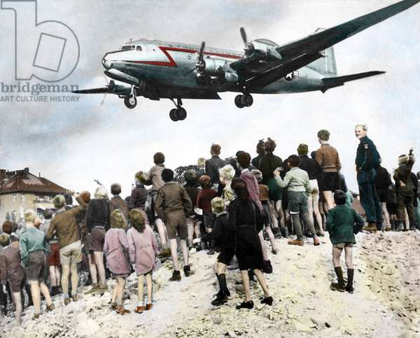 Berlin blockade by Russians: Berliners observe the arrival of airplanes, approaching Berlin Tempelhof airport, which came to supply West Berlin in 1948 colorise document - Berlin airlift: Blockade of Berlin by russian: Berliners looking at arrival of planes, approaching Berlin airport Tempelhof, which provided Berlin West in 1948 colourized document