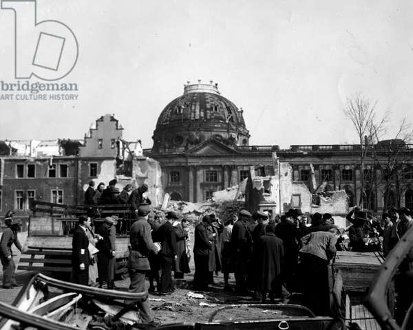 Blockade of Berlin by russian - Blockade of Berlin (1948-1949): Berlin (Germany) 12 April 1946. Scene of everyday life: Berliners stop by the Brandenburg Gate for black walking down trucks to work on the ruins of the city