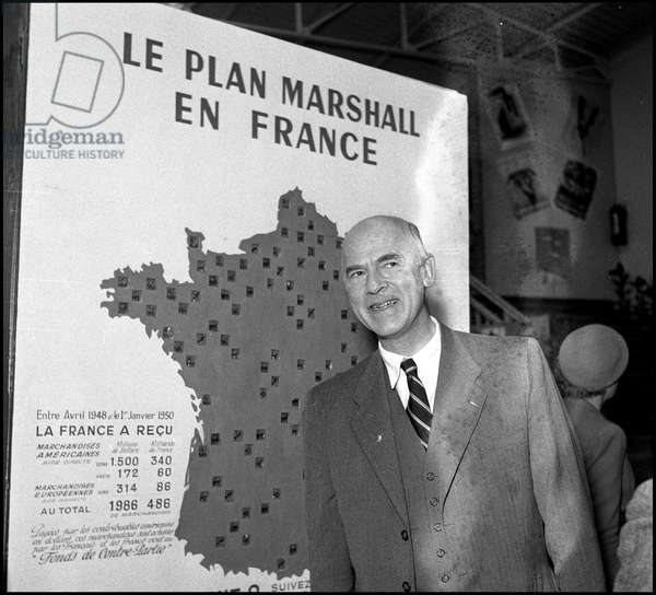 Plan Marshall or European Recovery Program (ERP) (1948-1952): the head of the Economic Cooperation Administration (ECA), Henry Parkman, in front of the map of the Marshall Plan in France at the ECA exhibition held during the Marseille Fair from 16 September to 2 October 1950 . Photography.