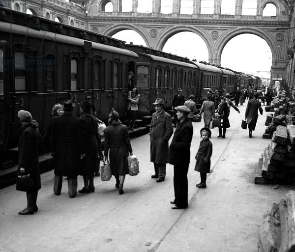 Blockade of Berlin by russian - Blockade of Berlin (1948-1949): Berlin (Germany) April 1, 1948. In the beginning of the blockade of the city which will take place on 24 June, the Sovietic occupation authorities have restricted the movement of trains in the transport corridors between Berlin and the western areas of occupation. Here, Berliners try to find a place in the bundled wagons