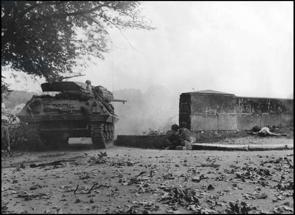 Second World War (1939-1945): US soldiers and an M10 Tank Destroyer fire on the other bank of the Seine. Photograph taken north of Fontainebleau, about August 25, 1944.
