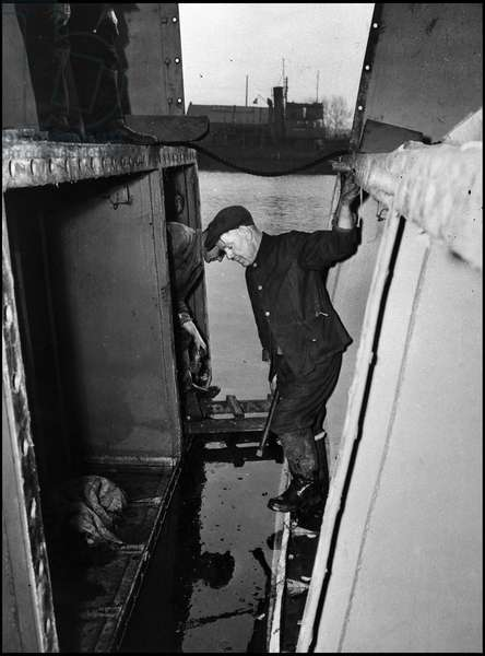 Preparation of the break-up in Normandy on June 6, 1944 (D Day or D Day): two British workers assembled a LCT. Great Britain, spring 1944. Photography