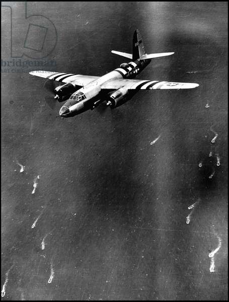 Debarking in Normandy on June 6, 1944 (D Day or D Day): A B-26 American Marauder flying over the Allied invasion fleet. Photograph of June 6, 1944.