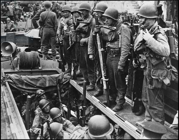 Preparation of the debarkage in Normandy on June 6, 1944 (D Day or D Day): a unit of American Rangers heavily loaded waiting to descend into a LCT in a British port a few days before the debarkage. Photography.