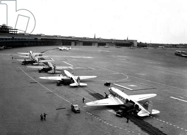 Blockade of Berlin by russian - Berlin Blockade (1948-1949): Tempelhof Airport (Berlin) Germany 2 July 1948. During the blockade of the city by the Sovietic authorities and Operation Vittles (Victuailles), six of the eight American C54 were discharged from their cargo of bags of flour. The three western areas were refuelled by an unceasing air bridge. This blockade will last from 24 June 1948 to 12 May 1949