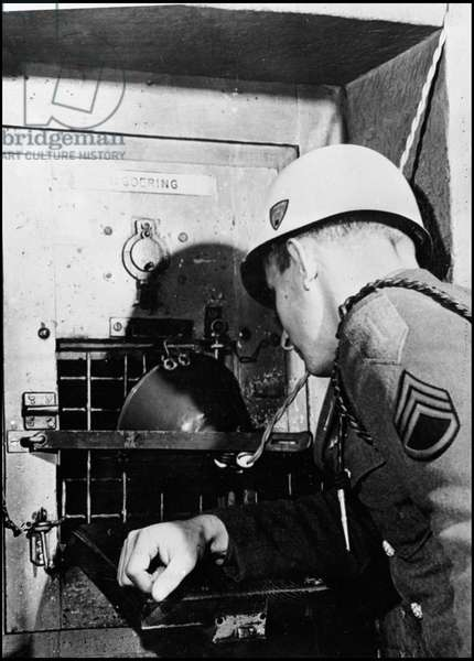 Second World War (1939-1945): Nuremberg trial, December 1945. A US Army sergeant observes the inside of Hermann Goering's cell (Goring) who, like all other accused, are monitored at all times to avoid any suicide attempt. Photography.