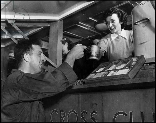 Second World War (1939-1945): A US Army soldier receives a cup of coffee and doughnuts (doughnuts) at the American Red Cross clubmobile. Normandy, France, summer 1944. Photography.