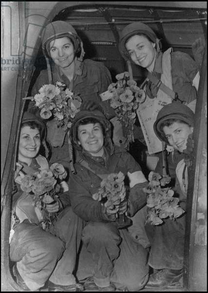 Debarking in Normandy on June 6, 1944 (D Day or D Day): the first nurses on the Normandy beaches returned to Great Britain on board a sanitary plane. Photograph taken in Normandy around June 9, 1944.