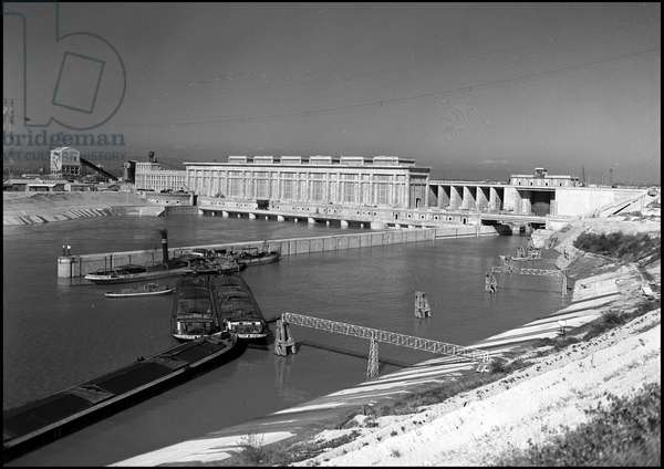 Plan Marshall or European Recovery Program (ERP) (1948-1952): Donzere Montdragon dam finances partly through the Economic Cooperation Administration (ECA) and inaugurated by President Vincent Auriol on 24 October 1952. Donzere-Montdragon, Vaucluse. Photography.