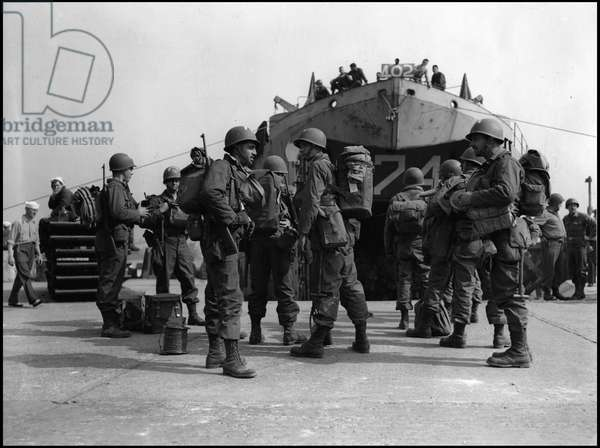 Preparation of the break-up in Normandy on June 6, 1944 (D Day or D Day): a group of American soldiers from a Signal Corps assault force is waiting to embark during the preparations for the break-up. Great Britain, photography late 1944.