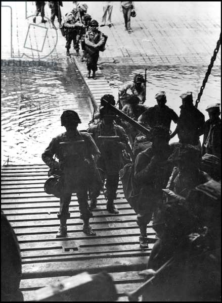 Preparation of the break-up in Normandy on June 6, 1944 (D Day or D Day): loads of their equipment, American soldiers boarded the LCT before boarding for the beaches of Normandy. Great Britain, about 5 June 1944. Photography