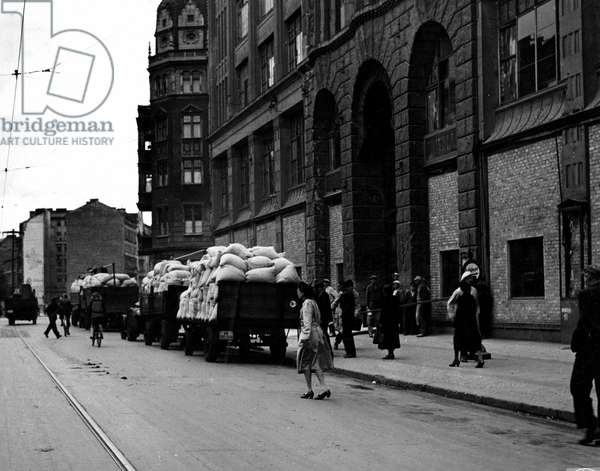 Blockade of Berlin by russian - Blockade of Berlin (1948-1949): Berlin (Germany) 25 June 1948. The day after the total blockade of the three western areas of the city began, trucks loaded with bags of flour intended to deliver them to bakeries. The blockade of the city by the Sovietique Union lasted from 24 June 1948 to 12 May 1949. Here, Berliners from the American sector line up in front of the Dresner Bank to receive their new Deutsche Marks