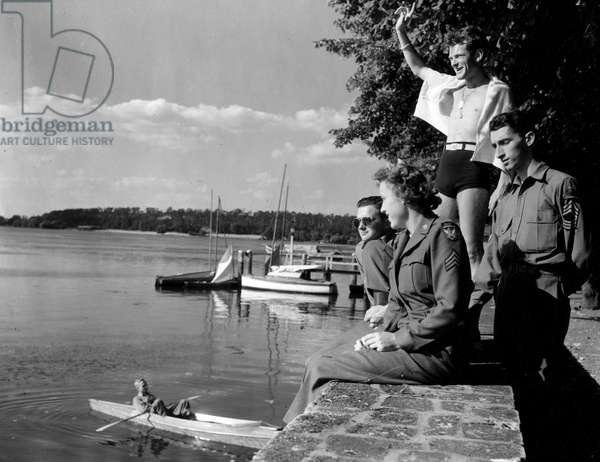 Blockade of Berlin by russian - Blockade of Berlin (1948-1949): Berlin (Germany) July 15, 1945. On one of the lakes of the former German capital, at the pier of the former residence of Walter Funk, the former finance minister of the Third Reich, a Wac and three American soldiers enjoy the good weather