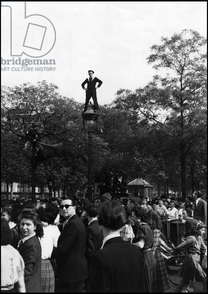 Second World War (1939-1945): Paris (France) May 8, 1945 - With the announcement of the unconditional surrender of Nazi Germany (VE Day (Victory in Europe Day), the crowd invaded Place de l'Etoile and Champs Elysees - A French sailor climbed on a street light