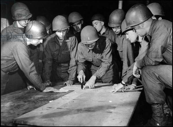 Preparation of the debarkage in Normandy on June 6, 1944 (D Day or D Day): a lieutenant from an American infantry division gives his men the instructions before boarding for the Normandy beaches (Operation Overlord). Photography, Great Britain, early June 1944.