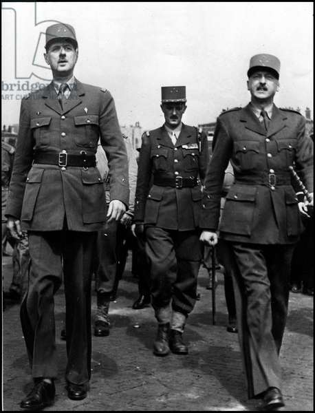 Second World War (1939-1945): liberation of Paris, 26 August 1944. General Charles de Gaulle (1890-1970), president of the CFLN (Comite Français de Liberation Nationale), General (then Marechal) Philippe Leclerc de Hauteclocque (1902-1947) and General Pierre Koenig (1898-1970) (Commander of the FFI and Governor of Paris) during the defile of Victoire Place de l'Etoile in Paris. Photography.