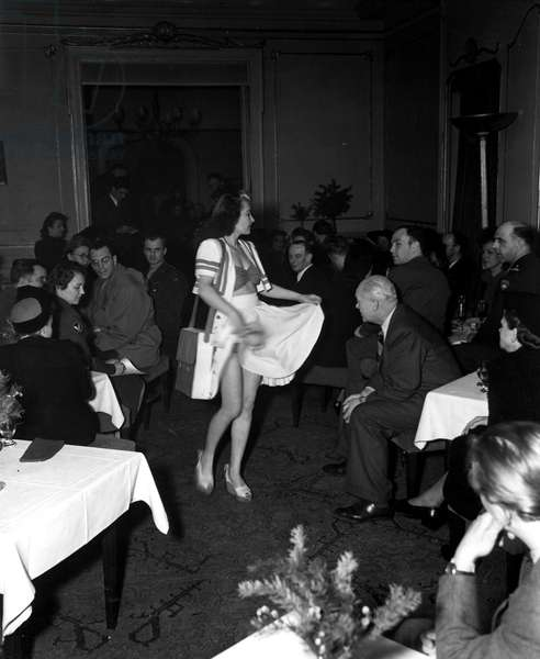 Blockade of Berlin by english - Blockade of Berlin (1948-1949): Berlin (Germany) March 11, 1946. In one of the most fashionable cabarets in the former capital of the Third Reich, the first women's fashion defile. Here, presentation of a relaxed clothing for the beach