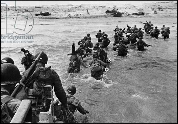 Debarking in Normandy on June 6, 1944 (D Day or D Day): debarking of a medical company on the beach of Utah Beach. Photograph taken around June 6, 1944.