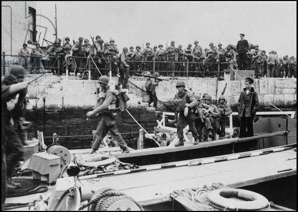 Preparation of the barkage in Normandy on June 6, 1944 (D Day or D Day): US rangers embark on barges destined for Normandy coast. Photograph taken on June 5, 1944.
