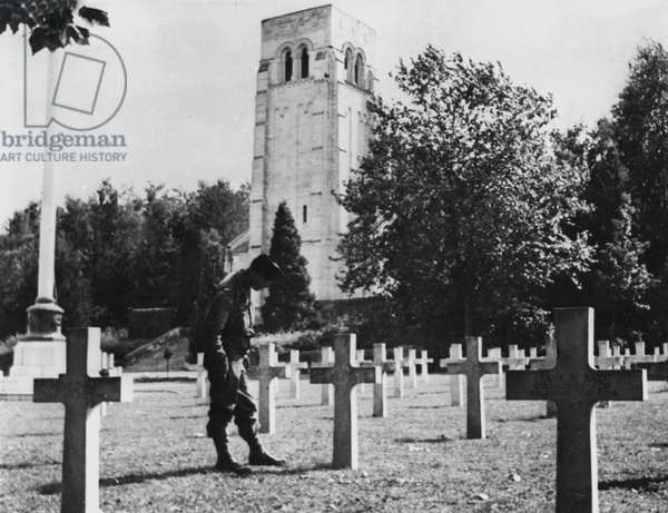 Second World War (1939-1945) - World War II (WWII or WW2): Bois-Belleau (Marne) France beginning September 1944: A soldier of the 7th US DB looks at the graves of American soldiers killed at the Battle of Bois Belleau in June 1918. In the background, the monument bearing their names