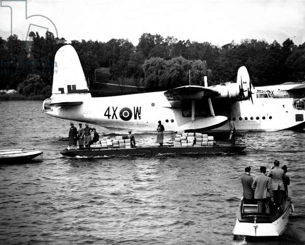 Blockade of Berlin by russian - Blockade of Berlin (1948-1949): Lake Wansee (Berlin) Germany 6 July 1948. During the blockade of the city by the Sovietic authorities and Operation Vittles (Victuailles), a Royal Air Force Short Sunderland was unloaded with 140 boxes of egg powder from its cargo. The three western areas were refuelled by an unceasing air bridge. This blockade will last from 24 June 1948 to 12 May 1949