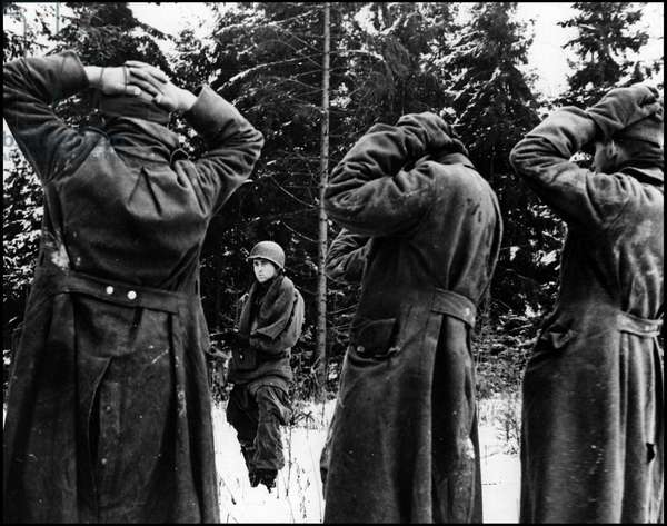 WWII - Battle of the Bulge (WWII - Battle of the Bulge): A parachutist from a PIR of the 101st US Aeroportee Division holds in respect a group of German Panzer Grenadiers who have just been captured - Photograph taken in the Bastogne region (Belgium) in January 1945