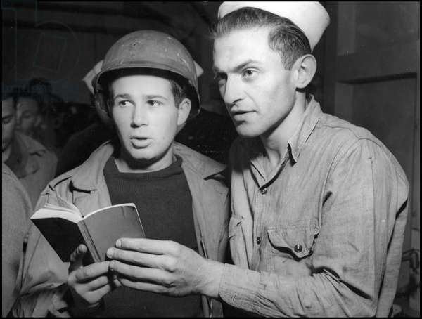 Preparation of the barkship in Normandy on June 6, 1944 (D Day or D Day): a soldier and an American sailor participate in the religious service on board a boat. Great Britain, photograph of June 5, 1944.
