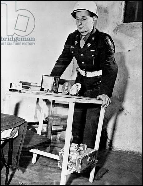 Second World War (1939-1945): Nuremberg trial, end of November 1945. A US corporal attached to the prison security department inspects Hermann Goering (Goring) prison cell. Photography.