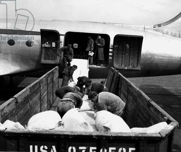 Blockade of Berlin by russian - Berlin Blockade (1948-1949): Tempelhof Airport (Berlin) Germany 2 July 1948. During the blockade of the city by the Sovietic authorities and Operation Vittles (Victuailles), the first of the eight American C54 designed to transport food to the former German capital by an incessant air bridge was discharged with its cargo of bags of flour. This blockade will last from 24 June 1948 to 12 May 1949