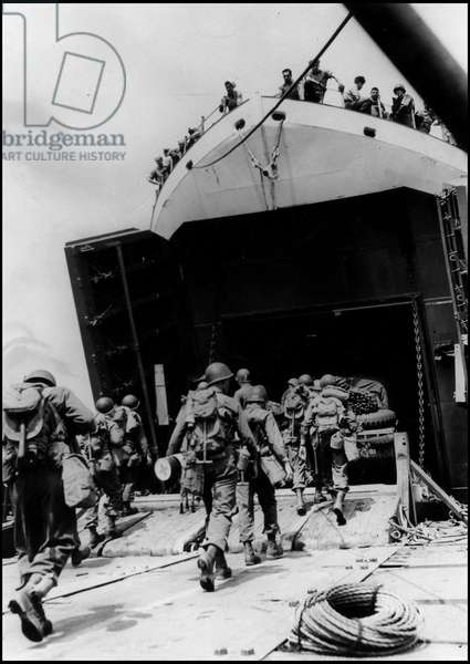 Debarking in Normandy on June 6, 1944 (D Day or D Day): shock troops from the US Army Genie combat equipment loads board a ship that will take them to the beaches of Normandy (Operation Overlord). Photography, Great Britain, dawn of June 6, 1944.