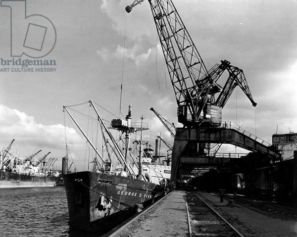 Blockade of Berlin by russian - Blockade of Berlin (1948-1949): Breme (Germany) 27 March 1948. Unloading US cargo ship SS George D.Prentice of 9000 tonnes of grapes and hydrates intended to help the economy of the three western zones of Germany