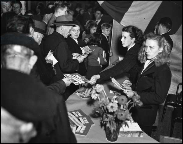 Marshall Plan (ERP) (1948-1952): visitors to the Marshall Plan stand at the Metz Fair (Moselle) in October 1948. Photography.