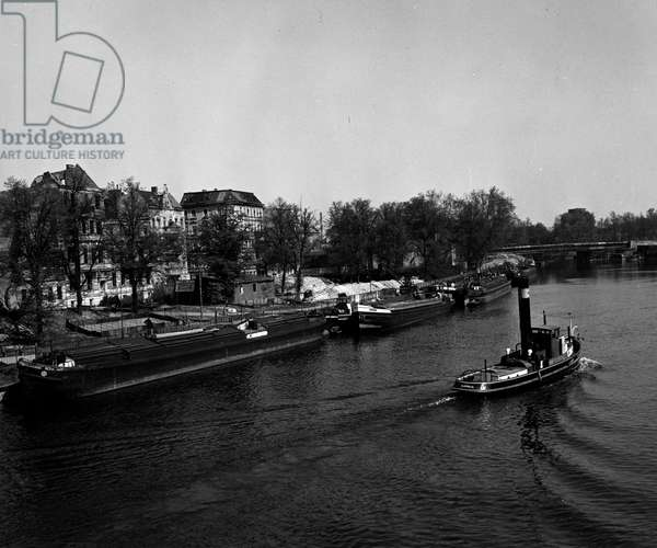 Blockade of Berlin by russian - Blockade of Berlin (1948-1949): Berlin (Germany) 22 April 1948. At the beginning of the blockade of the city, which will take place on 24 June, the Sovietic occupation authorities decided to no longer recognize the transport documents of the western areas, thus paralyzing river transport