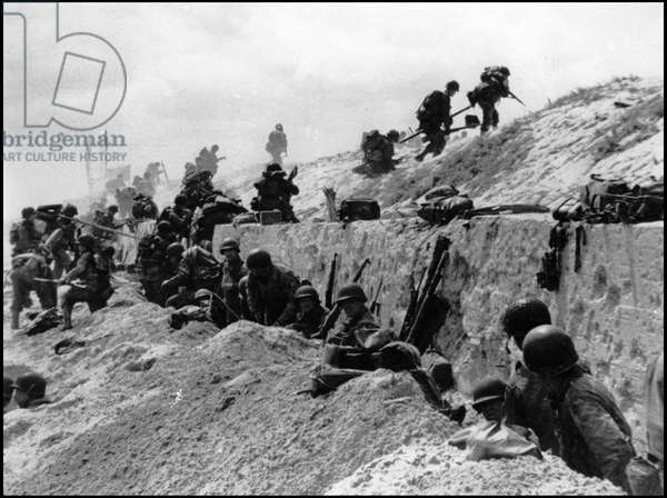 Debarking in Normandy on June 6, 1944 (D Day or D Day): American soldiers of the 8th Infantry Regiment, 4th Infantry Division moving over the anti-tank wall on the beach of Utah Beach. Photograph of June 6, 1944.