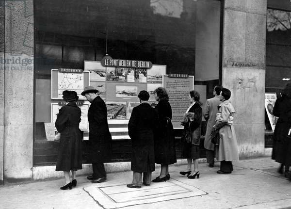 Blockade of Berlin by english - Blockade of Berlin (1948-1949): Paris (France) spring 1949. In front of the TWA windows on the Champs-Elysees, Parisians watch the exhibition dedicated to the Berlin blockade and the air bridge set up by the Allies to supply the three western sectors of the former German capital. The blockade will last from 24 June 1948 to 12 May 1948
