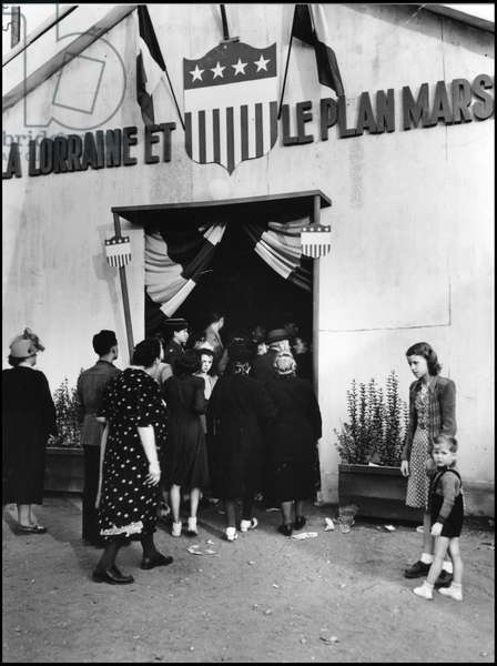 The European Recovery Program (ERP) (1948-1952): visitors queuing at the United States stand dedicated to the Marshall Plan at the Metz (Moselle) fair in April 1949. Photography.