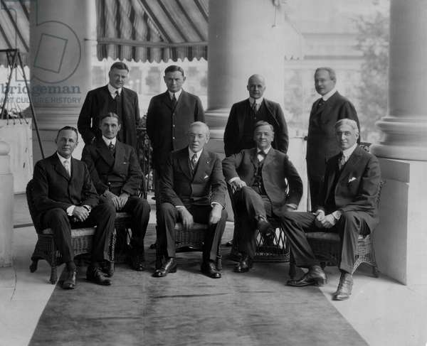 Washington DC (USA), 1919: US President Woodrow Wilson (1856-1924) and his war cabinet under the southern portico of the White House. Standing from left to right: Herbert Hoover (1874-1964) (Supply Charge), Edward N. Hurley (Chairman of the Merchant Marine Commission), Mc Cormack (Chairman of the U.S. War Trade Commission). Seated from left to right: Benedict Crowell (Assistant Secretary of State for War), William McAdoo (Secretary of State for Finance), Woodrow Wilson, Josephus Daniels (Secretary of State for the Navy) and Bernard Baruch (Head of War Industries Commission) - Washington DC (USA), 1919: US President WOODROW WILSON posing with members of his war cabinet at the White House: Herbert Hoover (1874-1964), Edward N Hurley, Mc Cormack, Benedict Crowell, William McAdoo, Josephus Daniels and Bernard Baruch