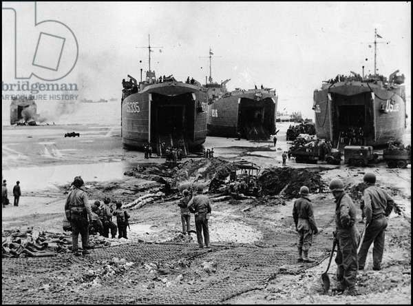 Debarking in Normandy on June 6, 1944 (D Day or D Day): unloading equipment on the beach of Omaha Beach. In the foreground, sappers from the US Army and the US Navy. Photograph taken around June 7, 1944.