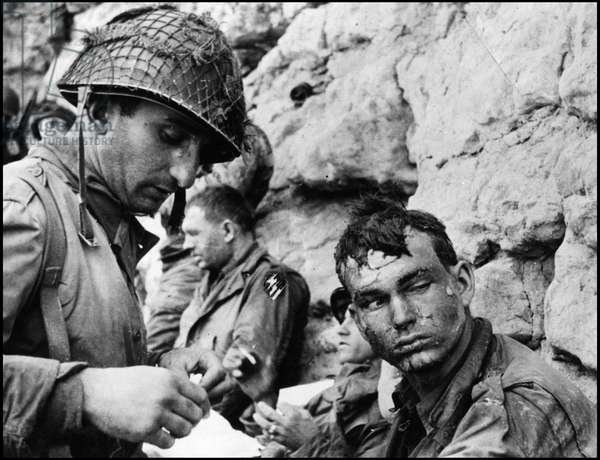 Debarking in Normandy on June 6, 1944 (D Day or D Day): wounds of 3rd Battalion, 16th Infantry Regiment, 1st American Infantry Division (The Big Red One) on Omaha Beach in Normandy. Photograph of June 6, 1944.