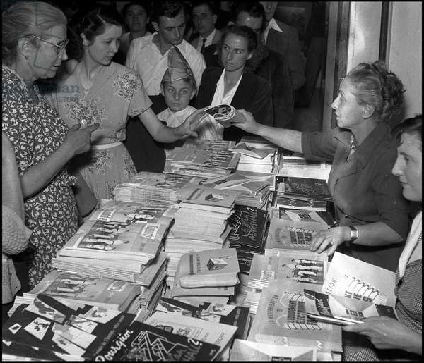 Marshall Plan or European Recovery Program (ERP) (1948-1952): distribution of brochures on the Marshall Plan on the booth of the Economic Cooperation Administration (ECA) at the Marseille fair from 16 September to 2 October 1950. Photography.