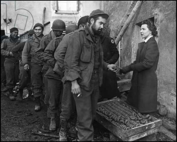 Second World War (1939-1945): an auxiliary of the American Red Cross distributes doughnuts (doughnuts) to soldiers of the 442nd Regimental Combat Team (RCT) form of American nippo. Photograph taken in Bruyeres (Vosges) on November 12, 1944.