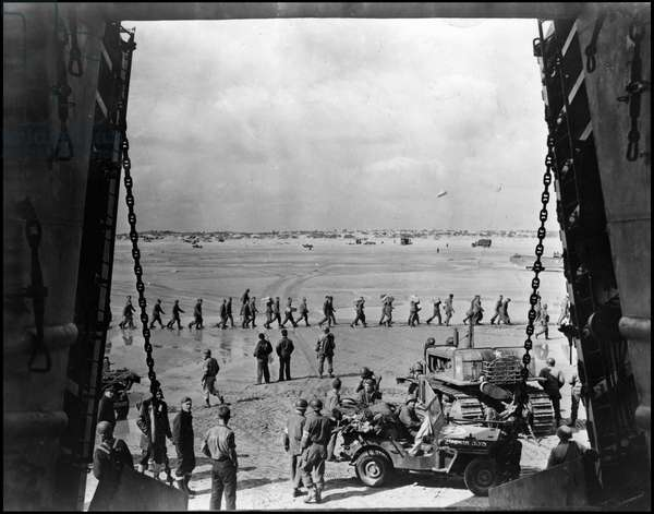 Debarking in Normandy on June 6, 1944 (D Day or D Day): a jeep takes wounded near an LST on Utah Beach for evacuation. Photograph taken from the inside of an LST on June 13, 1944.