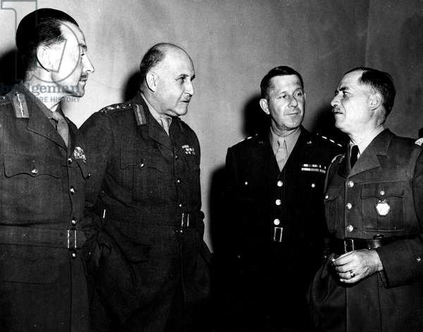Deuxieme (Seconde) guerre mondiale (1939-1945) - World War II (WWII or WW2) : Italie 28 avril 1944 : Au QG Allie, de gauche a droite; Le General britannique Sir Harold Alexander (CG des Armees Alliees en Italie), le General britannique Sir Henry Maitland Wilson (Commandant Supreme des Forces Alliees en Mediterrannee), le General americain Jacob Devers (Adjoint au ommand en Chef du Theatre Mediterrannien) et le General d'Armee francaise Alphonse Juin (C.G du Corps Expeditionnaire Francais en Italie)