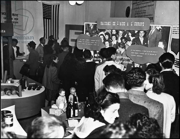 Plan Marshall or European Recovery Program (ERP) (1948-1952): visitors to the exhibition organised by the European Recovery Program from 23 April to 2 May 1949 in Lyon. Photography.