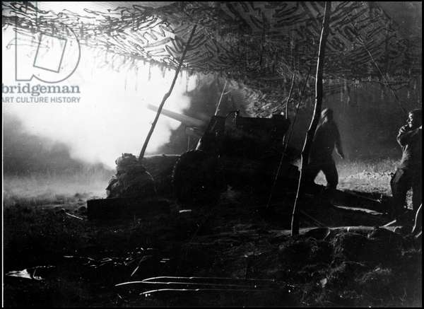 Second World War (1939-1945): liberation of Saint Lo. A battery of American artillery in action as a night prelude before the assault for the liberation of Saint-Lo in Normandy. Photograph taken about July 18, 1944.