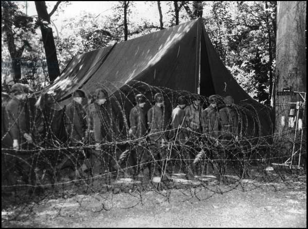 Preparing for the break-up in Normandy on June 6, 1944 (D Day or D Day): soldiers from an American infantry division go under a tent for a briefing or take their instructions before boarding for the continent. Great Britain, early June 1944. Photography